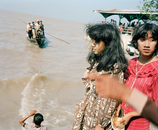 "Leo Rubinfien ""On the Breakwater at Kenceran Beach during Idul Fitri, Surabaya"" 1982/ca. 1992, C-print, image size: 49 x 60 cm, paper size: 49.3 x 60.5 cm © Leo Rubinfien"